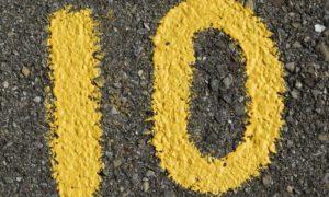Número 10 pintado en el suelo